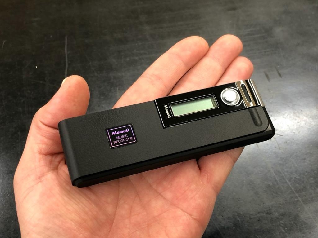 外部電池パックを装着したREC-8G